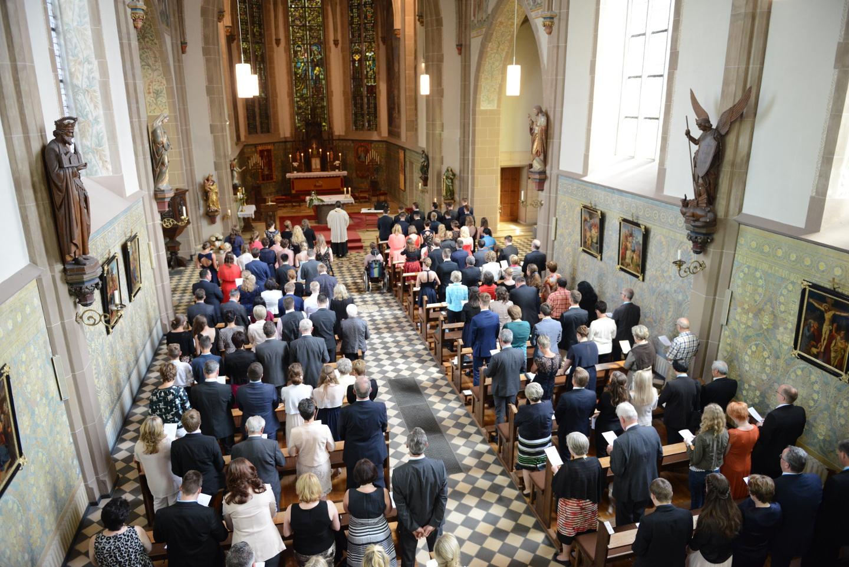 Vollbesetzte Kirche bei der katholischen Kommunion.