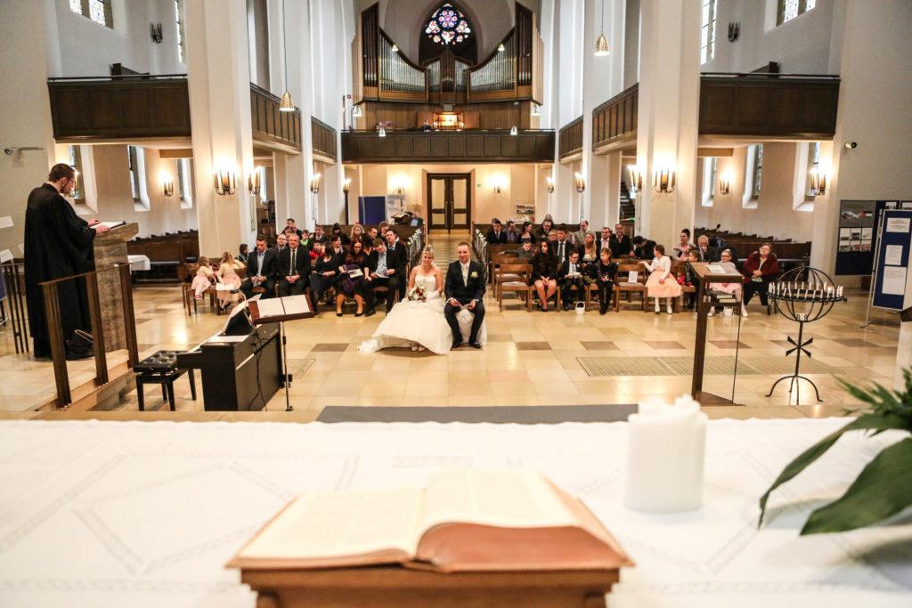 kirchliche trauung frontal fotografiert mit altar
