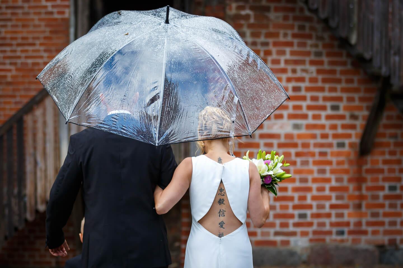 hochzeitsfoto ideen brautpaar mit durchsichtigem regenschirm