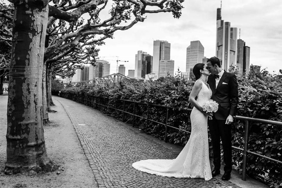 Schwarz weiß Hochzeitsfoto vor der Skyline Frankfurts.