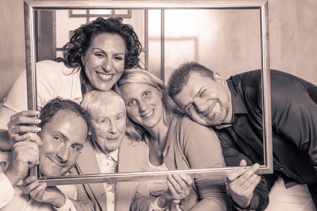 Auf der 90. Geburtagsfeier gibt es Partyfotos im Bilderrahmen mit der Oma und der ganzen Familie.