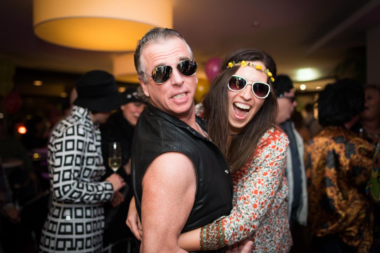 Mit Sonnenbrille auf einer Party. Tolle Fete!