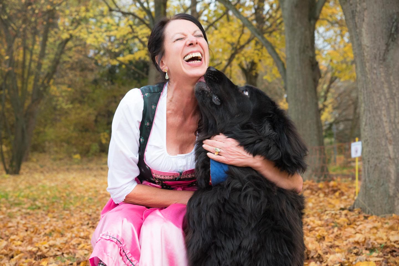 Hundeshooting bei MeinPartyfotograf! Die Frau im Dirndl mit ihrem schwarzen Hund.