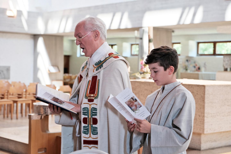 Pfarrer und Kind beim Kommunionsgottesdienst
