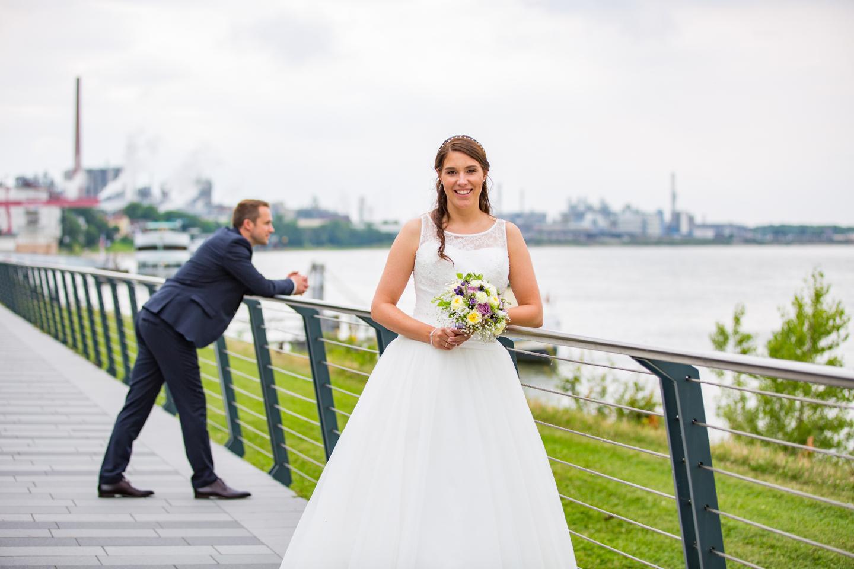Wundeschönes Hochzeitsshooting am Rhein Ufer mit MeinPartyfotograf.