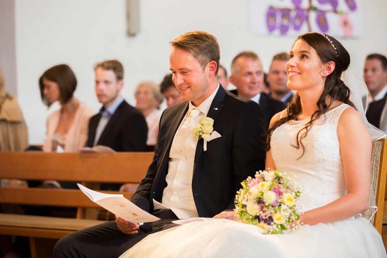 Der Hochzeitsfotograf von MeinPartyfotograf fotografiert eine Hochzeit in der Kirche.