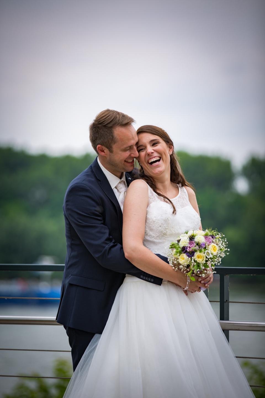 Wunderschönes Hochzeitsfoto auf einer Brücke am Rhein Ufer.