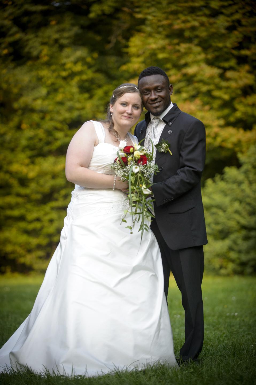 Brautpaarfotos im Freien. Weiße Braut und schwarzer Mann.