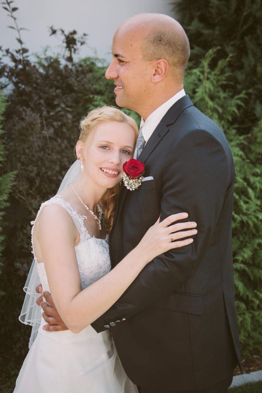 Hochzeitsfoto der Umarmung von Braut und Bräutigam.