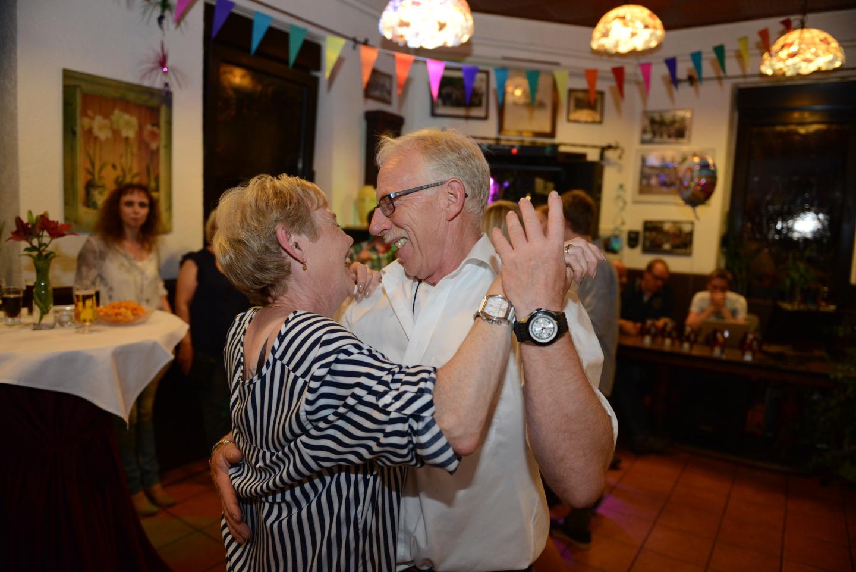 Die Eltern tanzen auf dem Familienfest einen Walzer.