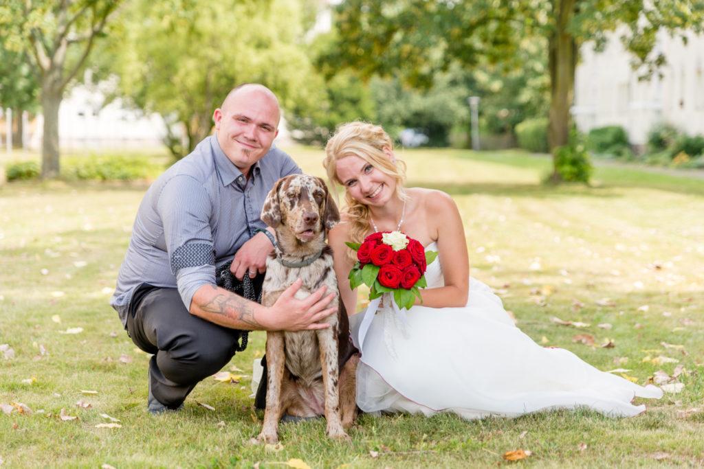 Hochzeitsfoto mit Hund, Frau und Mann.