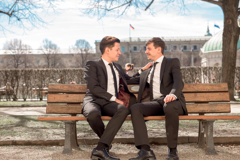 Schwules Pärchen auf der Hochzeit beim Paarshooting.