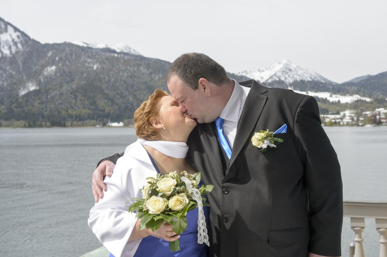Hochzeitsfoto am Bodensee mit Blick auf die Alpen im Hintergrund.