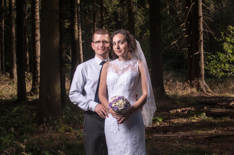 Hochzeitsfoto während dem Brautpaarshooting im Wald.