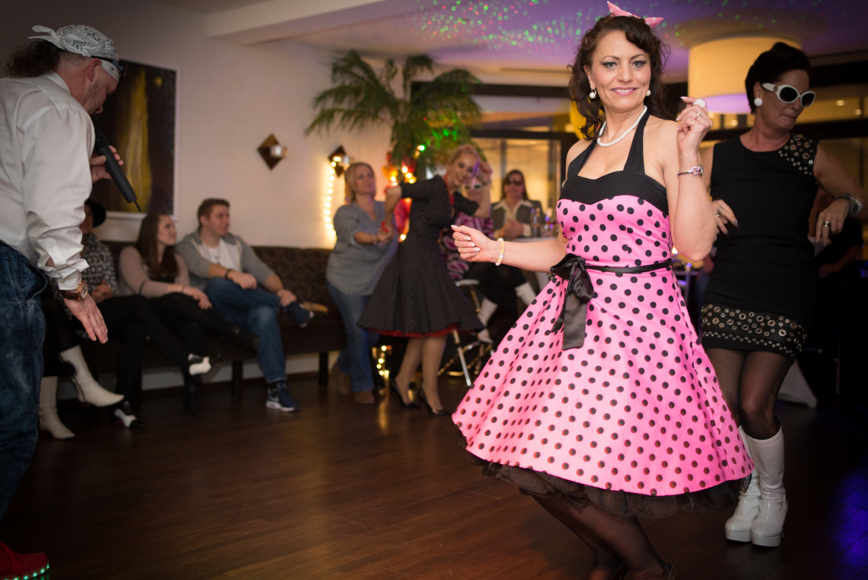 Frau im pinken Partykleid auf einer Feier.