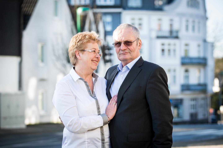 Die Geburtstagsfeier zum 60. Geburtstag. Ein Portrait Foto von der Hauptperson mit seiner Frau.