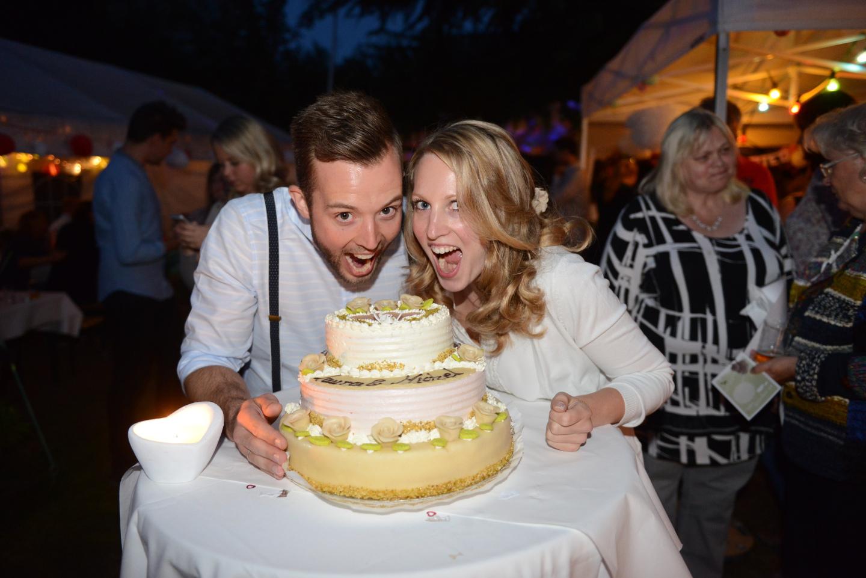 Auf der Party den Geburtstagskuchen mit seiner Freundin essen.
