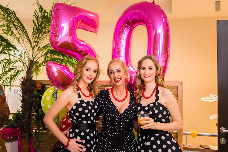 Die zwei Töchter feiern mit der Mutter den 50. Geburtstag.