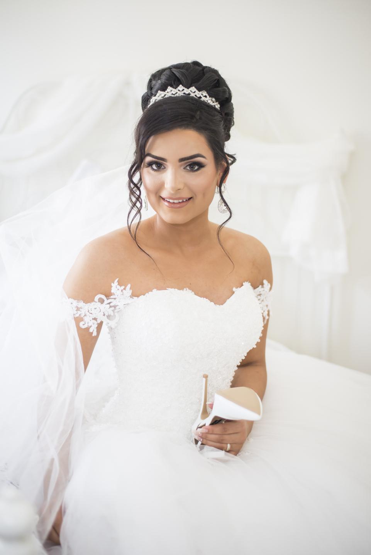 Wunderschöne Braut im weißen Brautkleid.