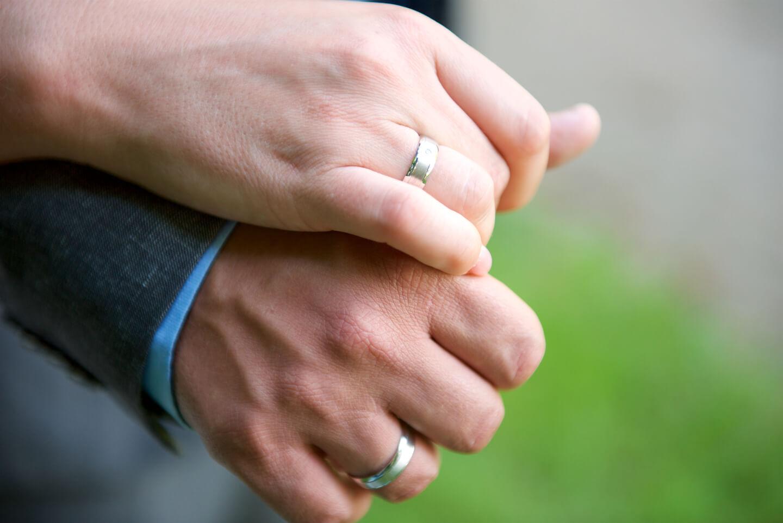 Händehalten beim Hochzeitsshooting
