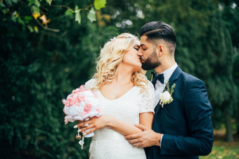 Brautigam mit Bart und Braut bei Brautpaarshooting
