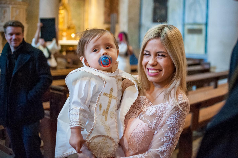 Mutter mit Ihren Taufkind beim Fotoshooting in der Kirche.