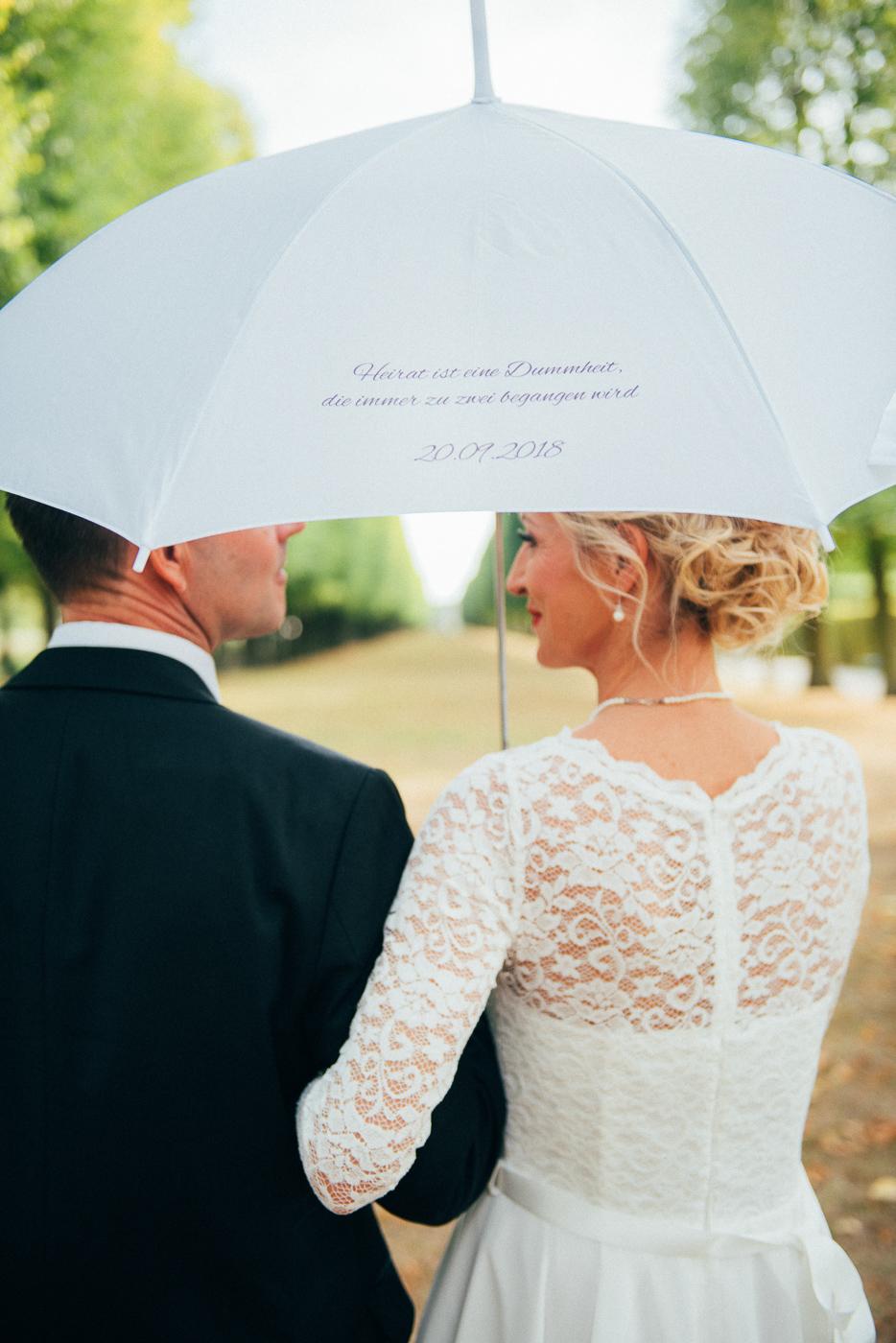 brautpaarfoto mit Regenschirm
