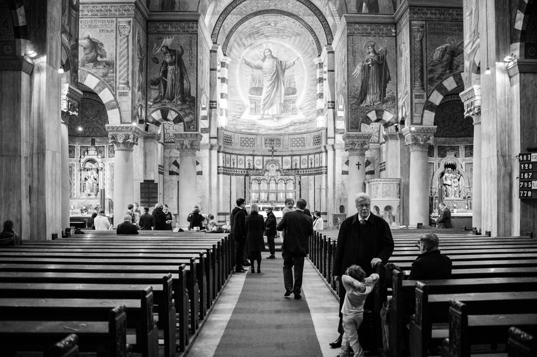 schwarz weiß bild in der kirche