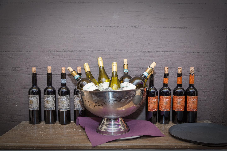 Weinflaschen vor grauem Hintergrund