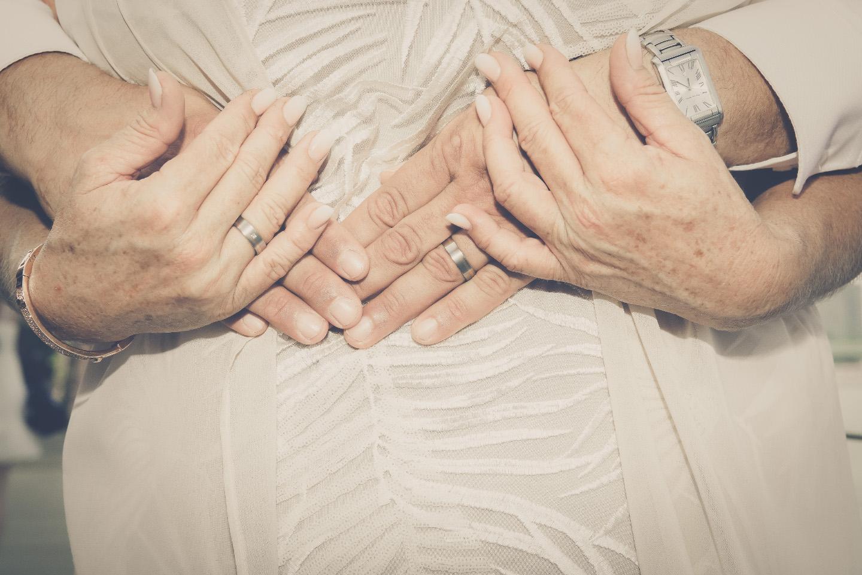 Älteres Hochzeitspaar hält Hände
