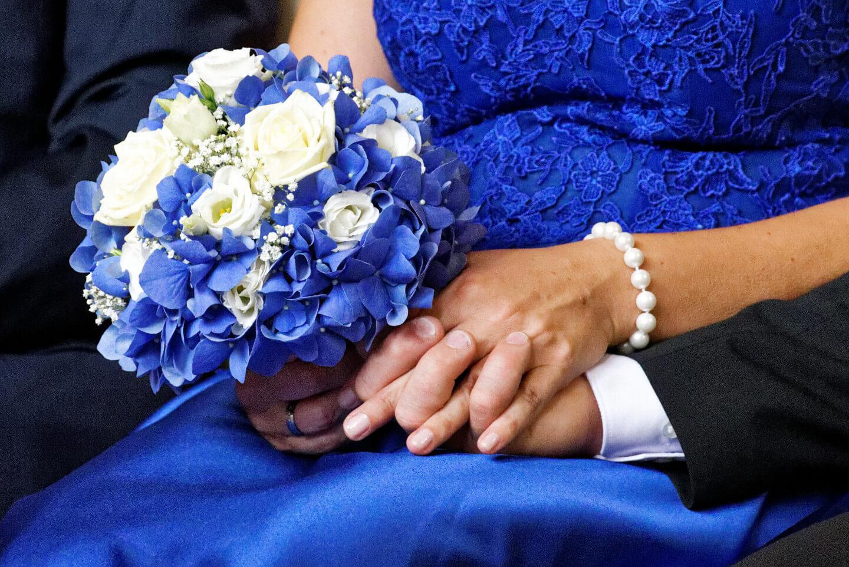Blaues Brautkleid und blauer Brautstrauß