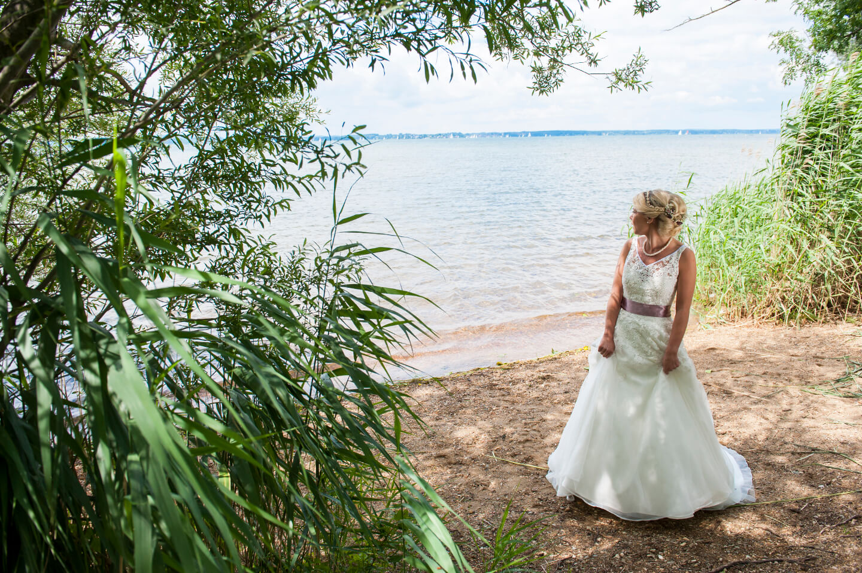 Braut am Seeufer