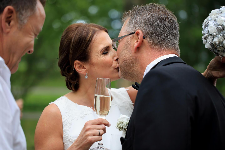 Sektempfang mit Kuss