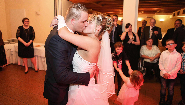 Kuss beim Hochzeitstanz