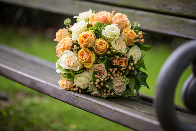 Brautstrauß im Park auf einer Bank