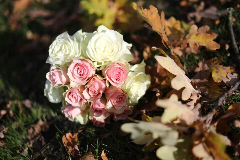 Brautstrauß mit Rosen im laub