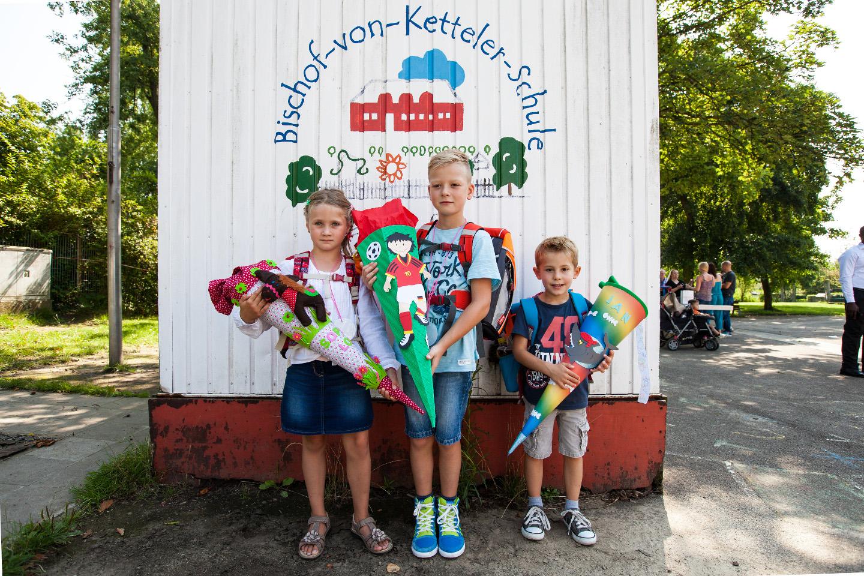 Drei Schulkinder mit ihrer Schultüte bei der Einschulung. Unser profi Fotograf begleitet die Feier.