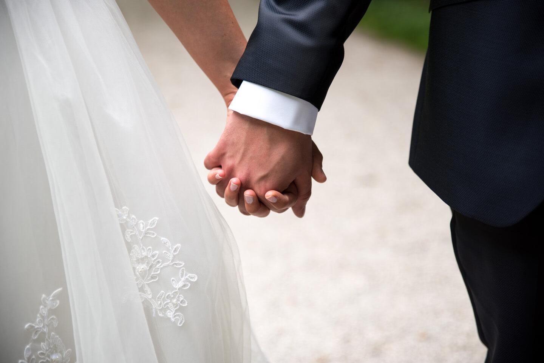 Händchenhalten beim Hochzeitsshooting
