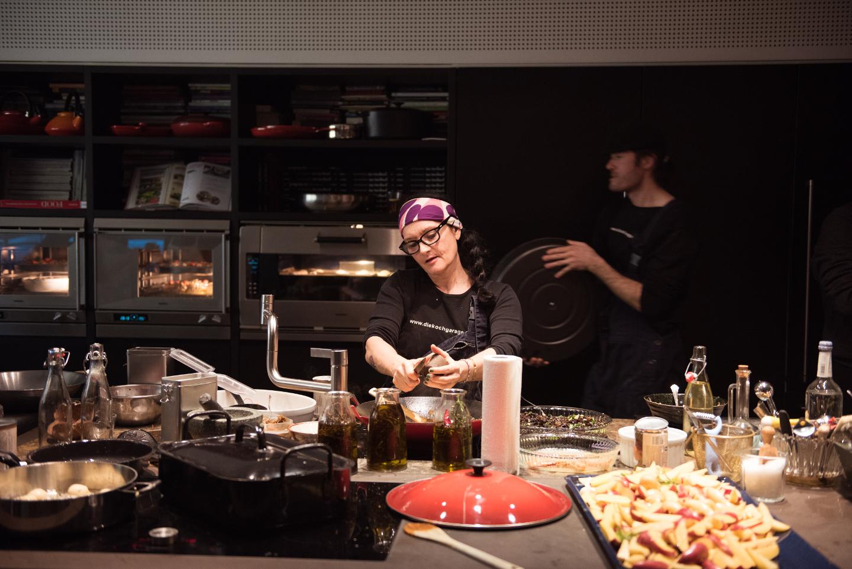 MeinPartyfotograf übernimmt die Eventreportage während die Köchin für das Publikum kocht.