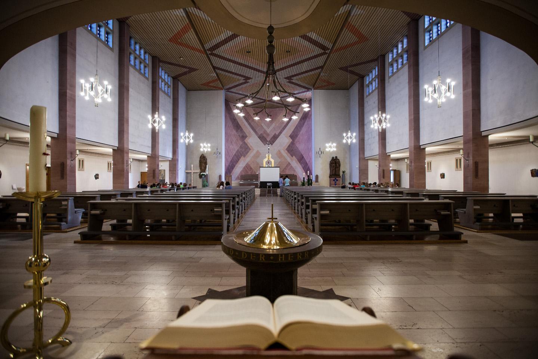 Die leere Kirche bevor der Taufgottesdienst startet.