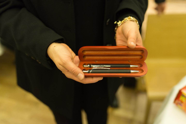 Produktfoto von einem Füller. Eine Frau in schwarzer Kleidung präsentiert das Produkt.