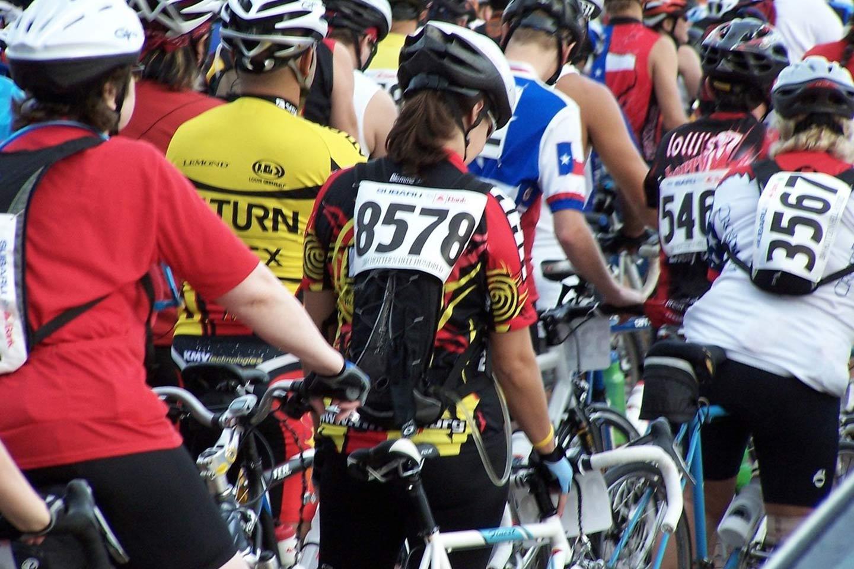 Viele Radsportler beim Start zum Fahrradrennen.