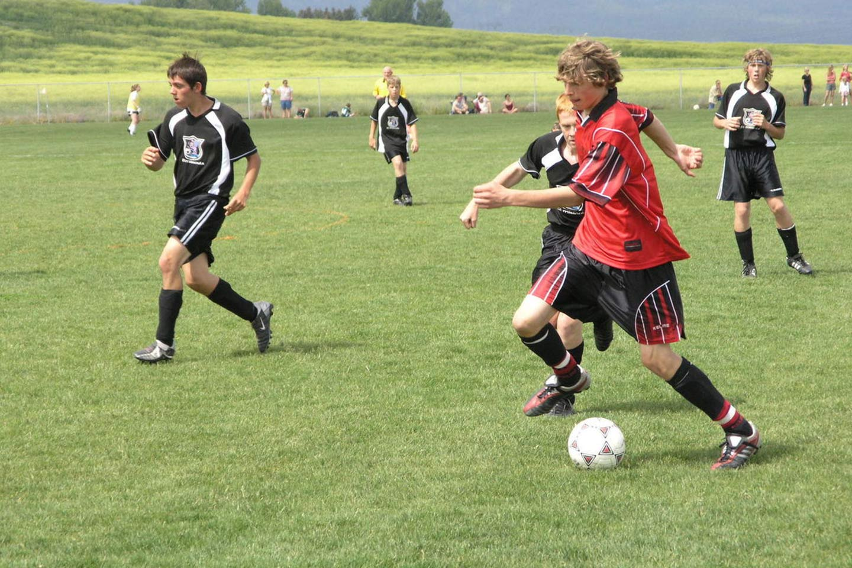 Teenager spielen Fussball