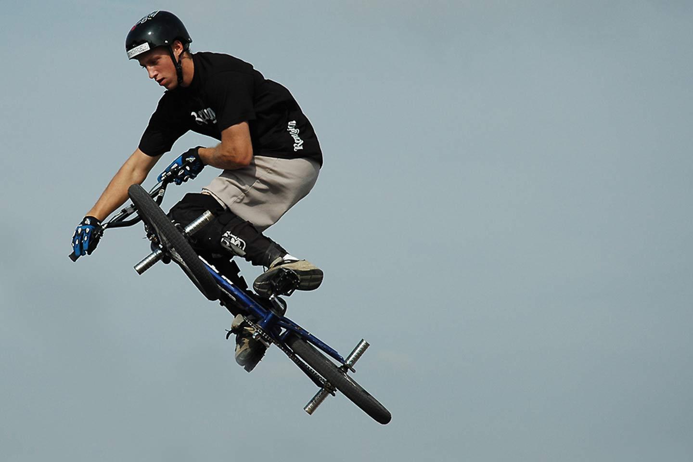 Biker springt mit seinem BMX
