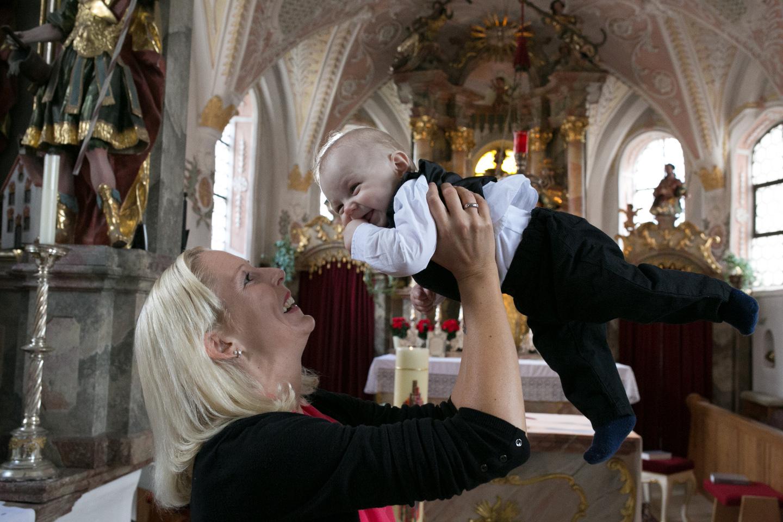 Tauffotografie mit Baby in Münchner Kirche